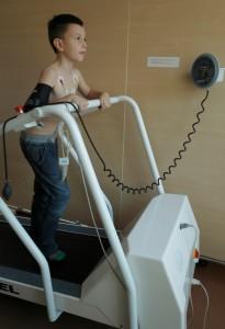 Pacjent na bieżni podczas próby wysiłkowej w Poradni Kardiologicznej ETERMED w Gdańsku