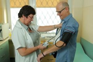 Pacjent podczas zakładania holtera ciśnieniowego w Poradni Kardiologicznej ETERMED w Gdańsku
