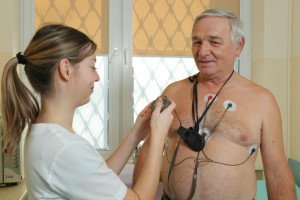 Pacjent w Poradni Kardiologicznej ETERMED w Gdańsku podczas zakładania holtera ekg