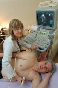 Dobry kardiolog w Poradni Kardiologicznej ETERMED w Gdańsku wykonuje pacjenetowi cho serca