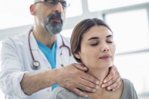 Konsultacja endokrynologiczna – dlaczego nie powinniśmy odwlekać wizyty i jakie objawy powinny wzbudzić niepokój?