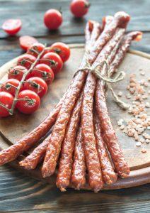Lubisz hot-dogi, kabanosy, peklowane wędliny! Najnowsze badania są niepokojące!