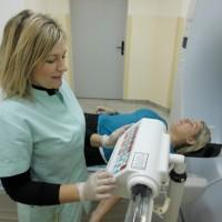 Pracownia Tomografii Komputerowej ETERMED w Gdańsku. Pacjent przed badaniem tomokomputerowym z podaniem dożylnym kontrastu.