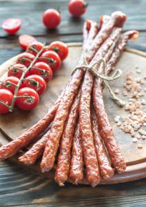 Lubisz hot-dogi, kabanosy, peklowane wędliny?! Najnowsze badania są niepokojące!